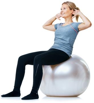 Kvinde træner med fitness bold